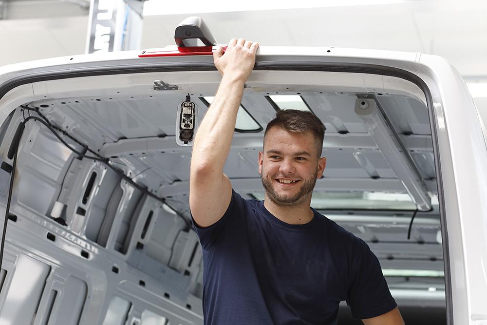 Freundlicher Mitarbeiter der Abteilung Fahrzeugbau