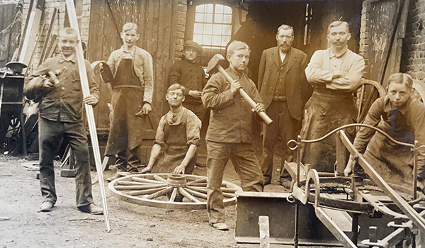 Antikes Foto von der Belegschaft der Firma Bergmann